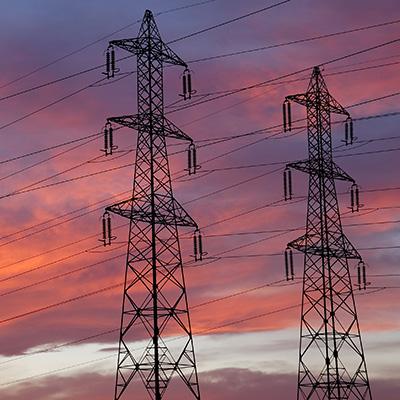 pilonnes électriques avec ciel nuageux