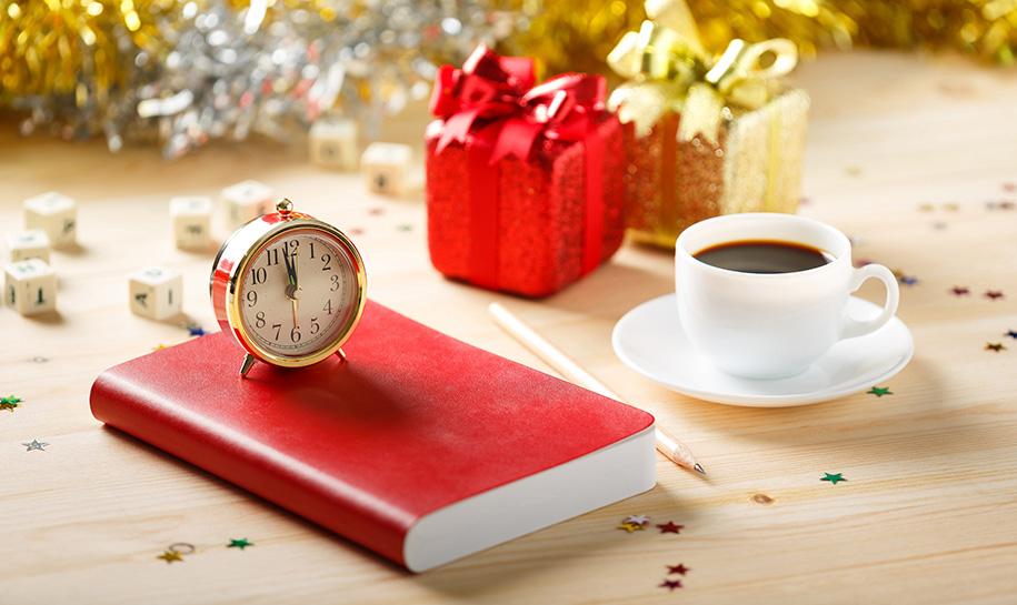 Un livre et une tasse de café