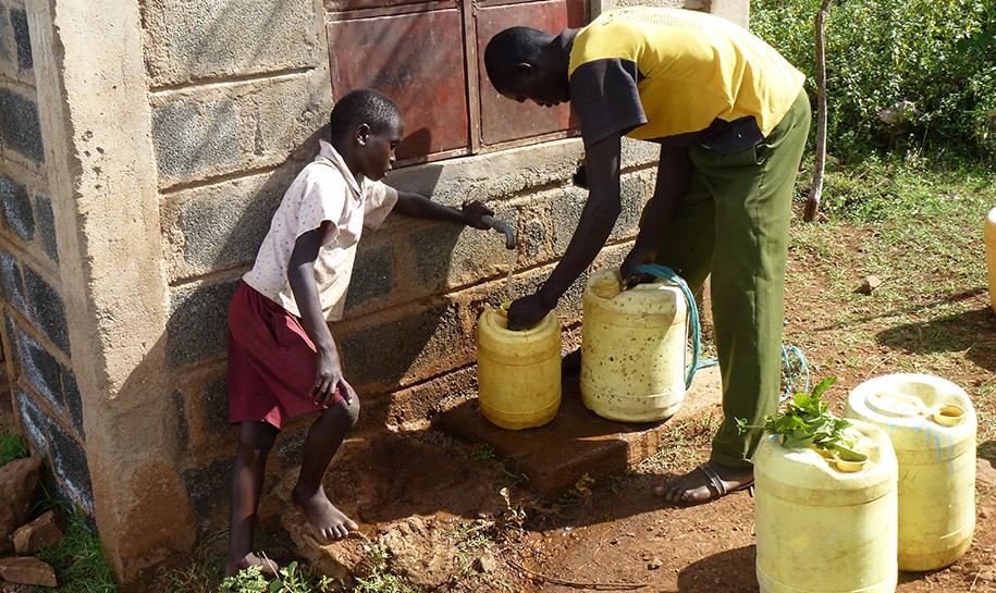 Personnes prenant de l'eau au robinet