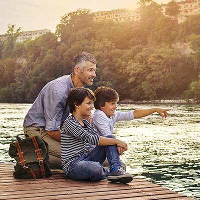 photo de campagne vitale : un père et ses fils au bord du Rhône